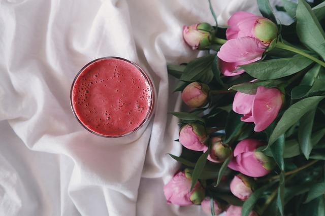 nápoj u květiny