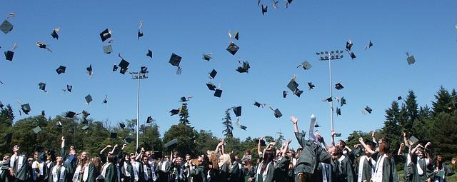 absolventi při promoci