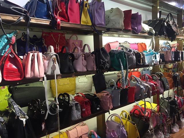 Trh kde je výběr kabelek, nákupních tašek atd.