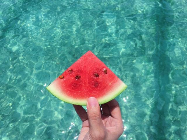 meloun před bazénem