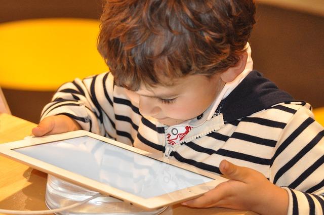 malý kluk s tabletem